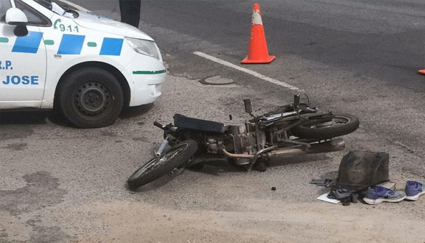 Joven grave tras chocar moto y camioneta en el Km. 39
