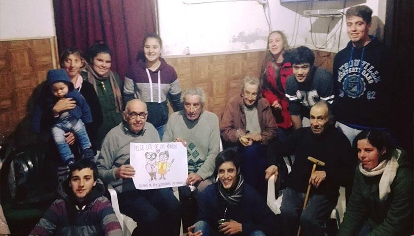 Alumnos de UTU Cardona visitaron lugares del adulto Mayor