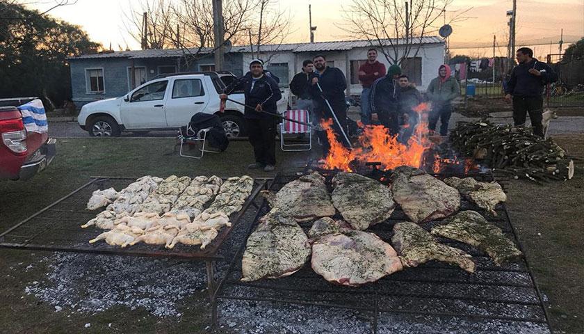 Maxi Gómez jugador de la Celeste comparte 60 kilos de asado con su gente!!