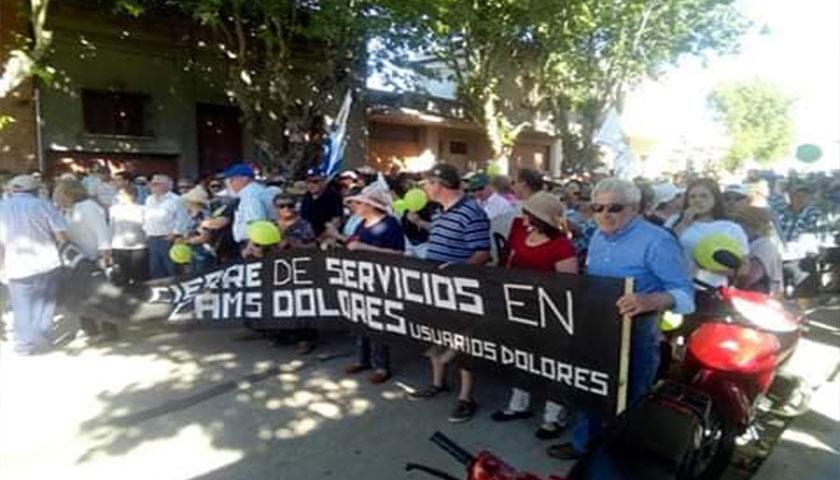 Numerosos usuarios y funcionarios participaron esta tarde en Dolores de la marcha pacífica por el no cierre de los servicios de Cams.