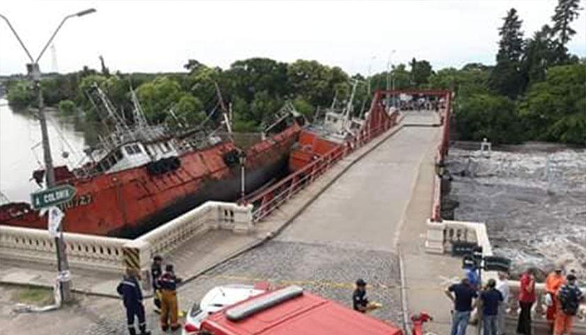 Logran retirar un buque que había impactado contra el Puente en Carmelo
