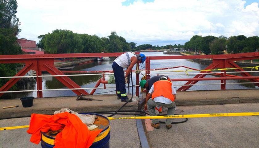 Gatos hidráulicos llevarán el puente a su lugar para habilitarlo rápidamente
