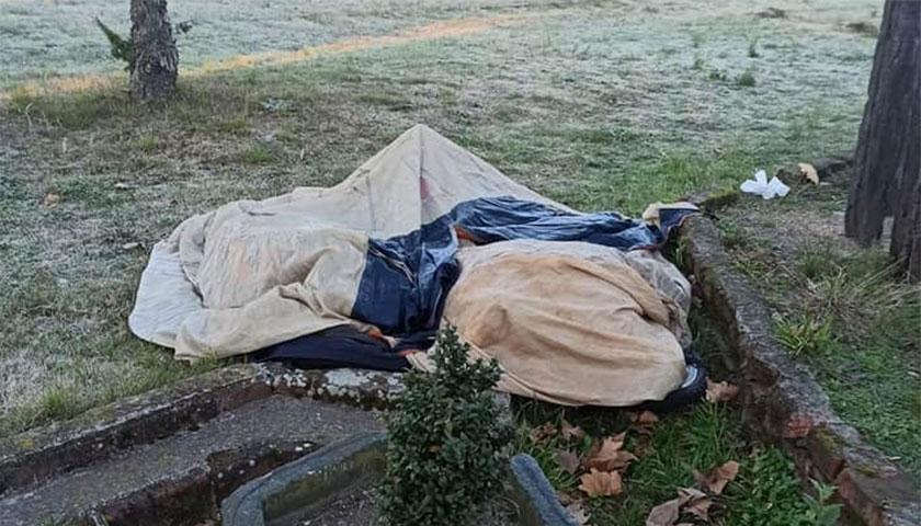 Un hombre durmiendo a la intemperie en Cardona