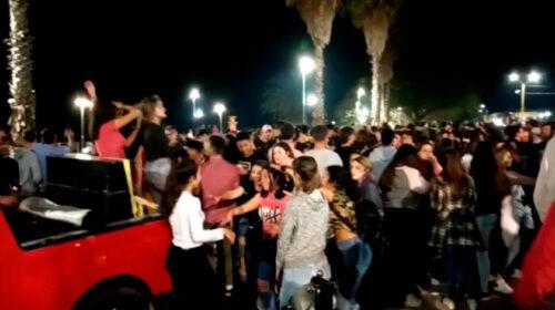 Muy cerca y sin tapabocas: Movida multitudinaria de jóvenes en Nueva Palmira