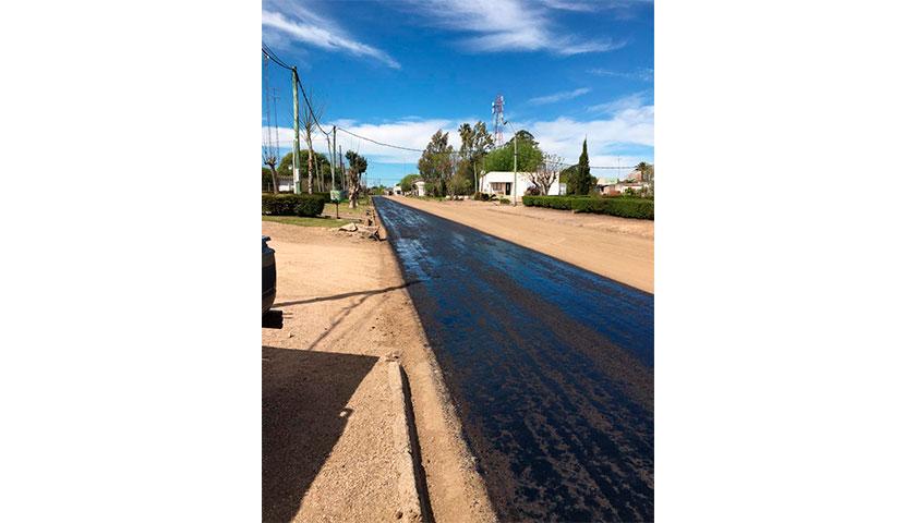 Comenzaron a aplicar asfalto en calles de Santa Catalina