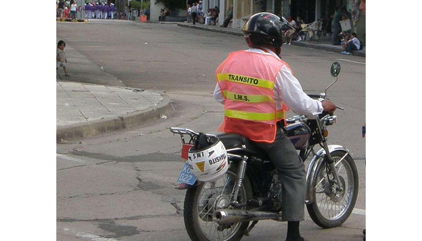 Siniestro de  gravedad: dos motonetistas lesionados al chocar contra un auto estacionado