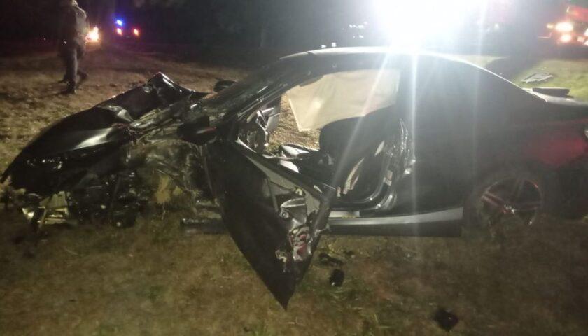 Conductor grave tras despistar y chocar con un árbol en Ruta 3